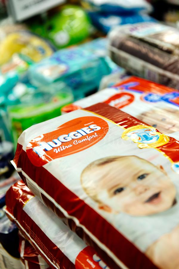 Luiers voor kinderen in een groot opslagnetwerk Babyluier en de secties van de babystoel in een supermarkt royalty-vrije stock foto's