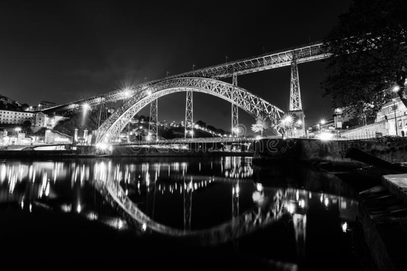 Luis I bro i natten i Porto, Portugal, Europa Nattreflexion i de-vatten av floden Svartvit bild för natt arkivbild
