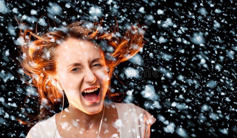 Luister aan de Muziek tijdens een sneeuwval royalty-vrije stock foto