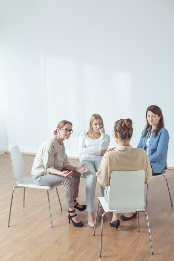 Luisterend de patiënten stock fotografie