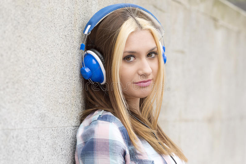 Luistert het mooie meisje van het close-upportret muziek met hoofdtelefoons stock fotografie
