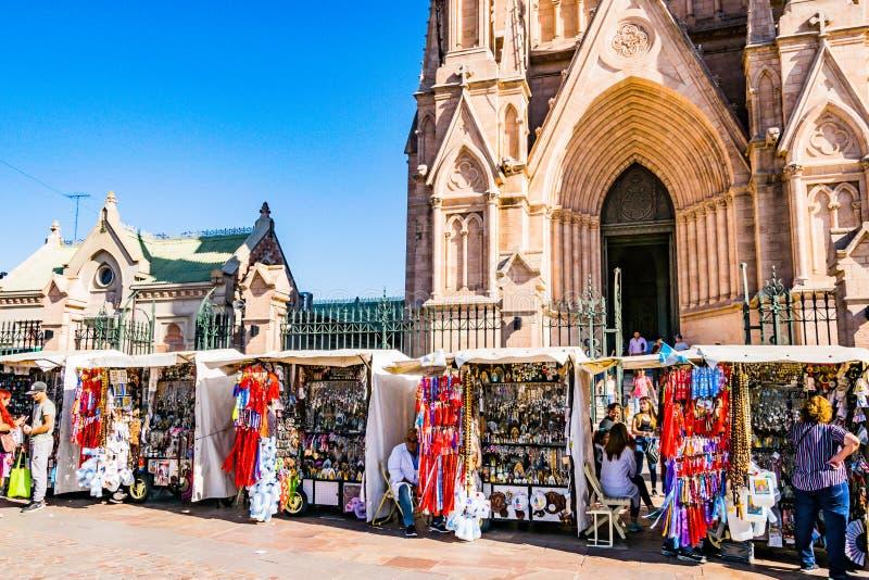 Lujan, Buenos Aires, la Argentina, el 7 de abril de 2019: Venta de artículos religiosos en paradas de calle en Lujan, Buenos Air imagen de archivo libre de regalías