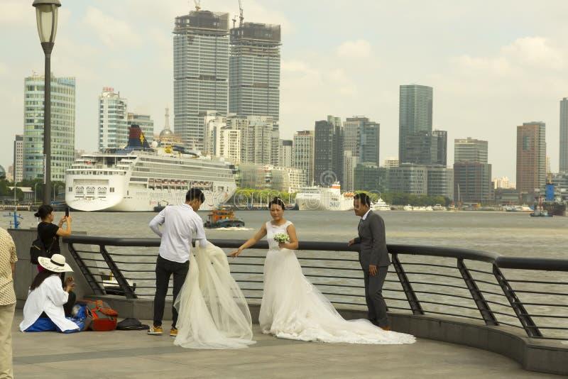 Lujiazui jest popularnym ślubnym fotografii punktem w Szanghaj, Chiny obraz stock