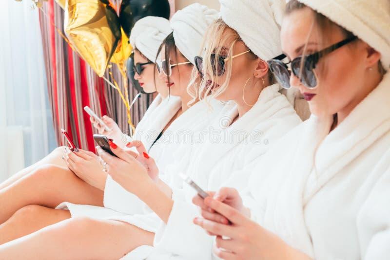 Lujo de las albornoces de los smartphones de la forma de vida de las mujeres foto de archivo libre de regalías
