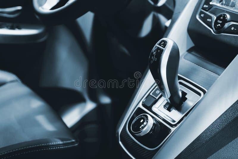 Lujo del interior del coche en el área del engranaje del cambio de la transmisión C moderna imágenes de archivo libres de regalías