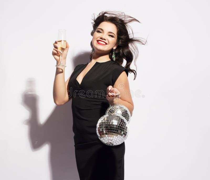 Lujo, vida nocturna, concepto del partido - mujer hermosa en vestido de noche con el vino blanco y bola de discoteca foto de archivo libre de regalías