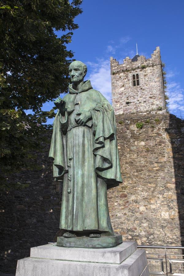 Luke Wadding Statue e la chiesa francese a Waterford immagini stock libere da diritti