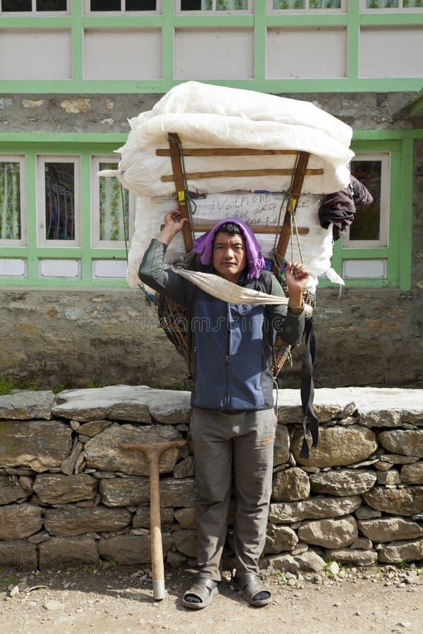 Lukkla, το Νοέμβριο του 2017 cirka του Νεπάλ: αχθοφόρος sherpa στοκ εικόνες με δικαίωμα ελεύθερης χρήσης
