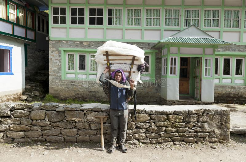 Lukkla, το Νοέμβριο του 2017 cirka του Νεπάλ: αχθοφόρος sherpa στοκ εικόνες
