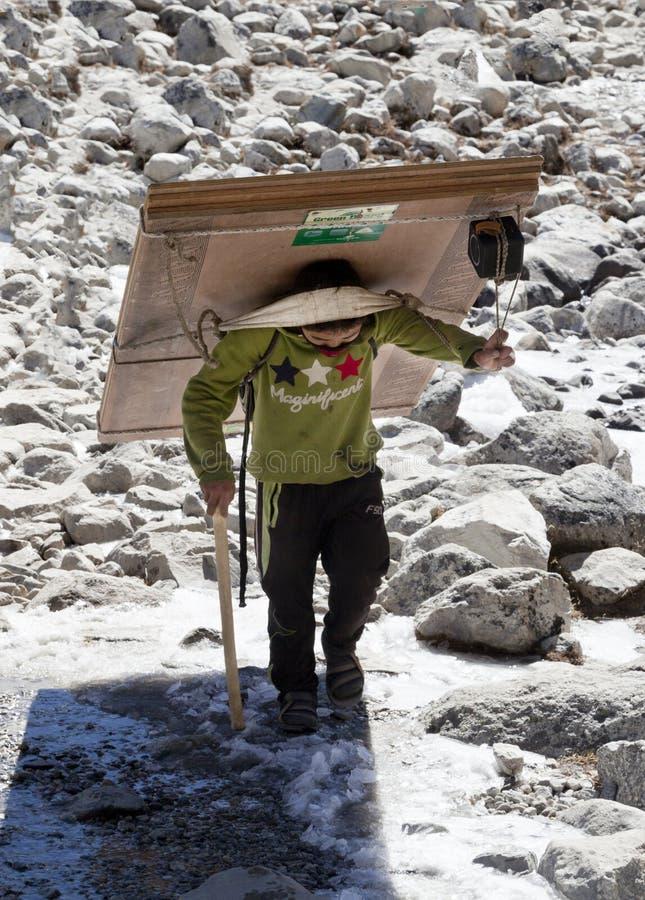 Lukkla, το Νοέμβριο του 2017 cirka του Νεπάλ: αχθοφόρος sherpa στοκ φωτογραφία με δικαίωμα ελεύθερης χρήσης