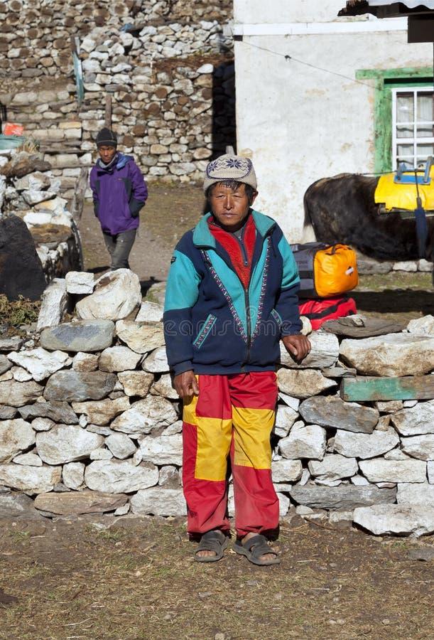 Lukkla Nepal cirka November, 2017: sherpaportvakt arkivfoto