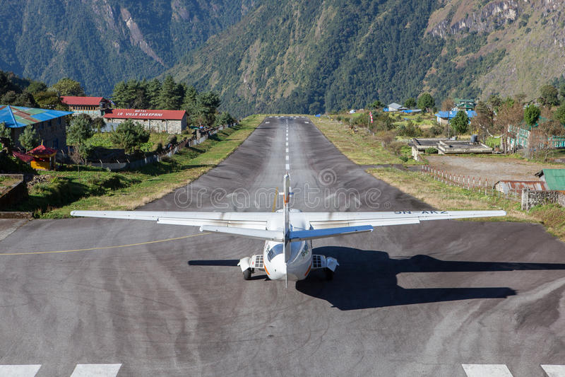 LUKLA/NEPAL - 18 DE OCTUBRE DE 2015: Pequeño aeroplano imagen de archivo