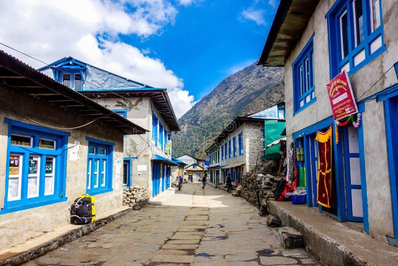 Lukla, Nepal 04/07/2018: Luklastad, het beginpunt van Everest-de trekkingsroute van het Basiskamp royalty-vrije stock afbeelding