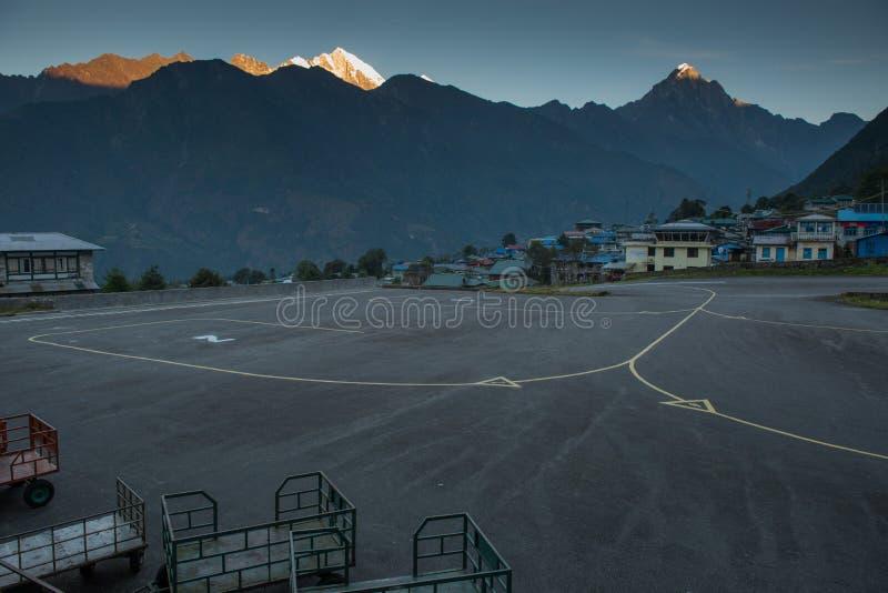 Lukla, Nepal - ottobre 16,2018, aeroporto vuoto in Lukla con l'aereo immagine stock libera da diritti