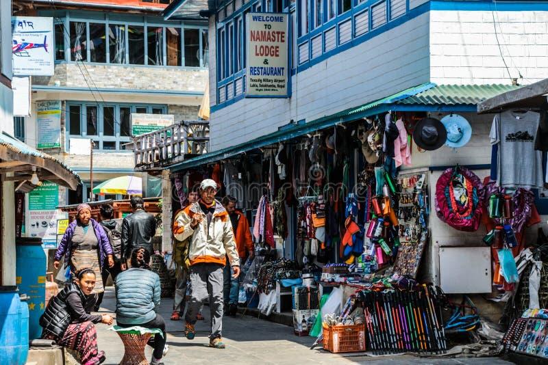 Lukla - rota Trekking do acampamento base de Everest com troca de rua na cidade de Lukla em Nepal imagem de stock royalty free