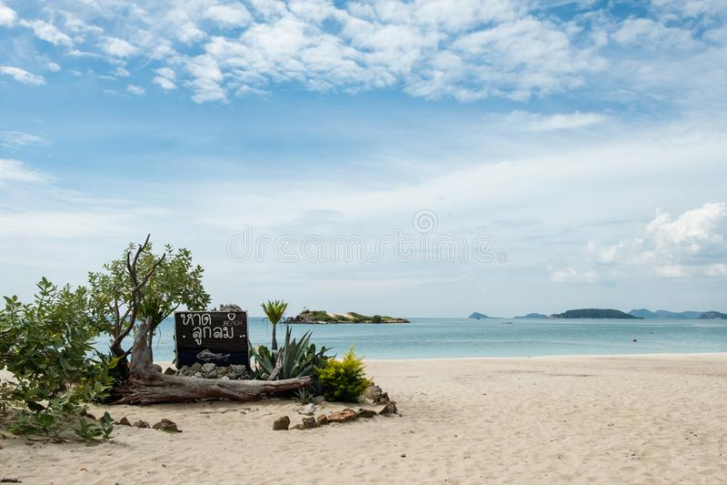 Luklom znaka plażowa drewniana deska przy punktem zwrotnym z białego piaska błękitnym morzem, niebem i, Samae San wyspa, Sattahip zdjęcia stock