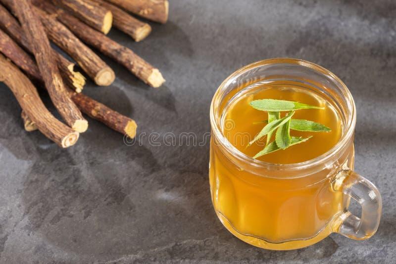 Lukrecjowa herbata słodząca z stevia - Glycyrrhiza glabra Odgórny widok zdjęcie stock