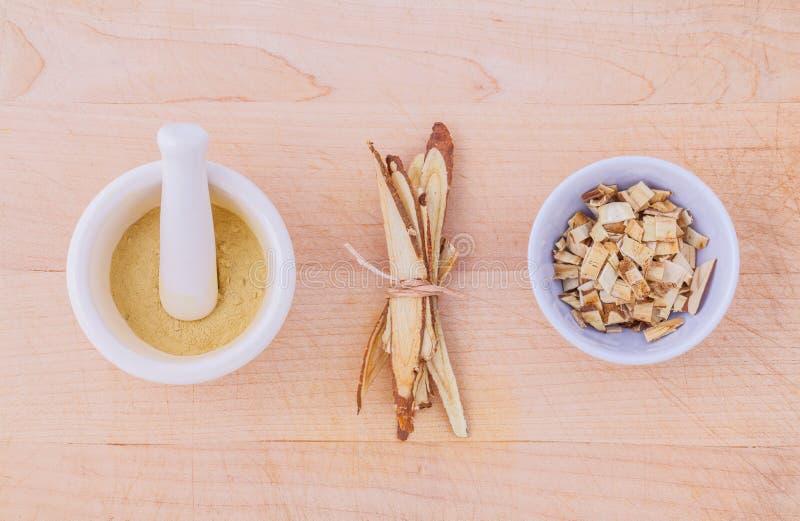 Lukrecjowa ziołowa medycyna wliczając proszka, siekającego i pokrojonego ro, fotografia stock