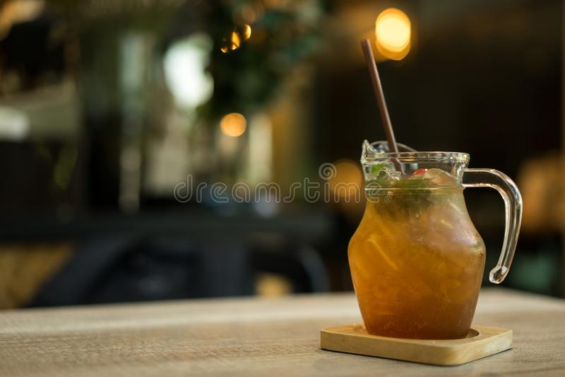 Lukrowa cytryna z miodowym sokiem i ziele na stole obraz stock