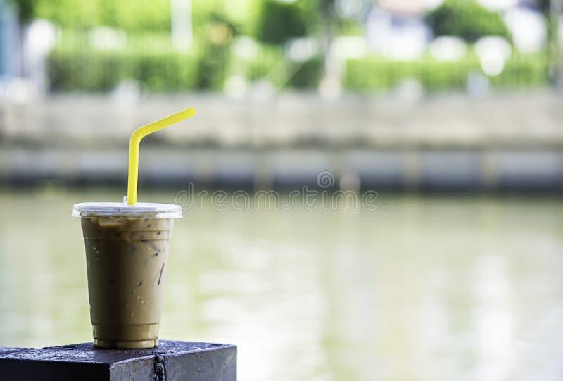 Lukrowa kawa w szkle Na stalowej prącie plamy tła rzece zdjęcia stock