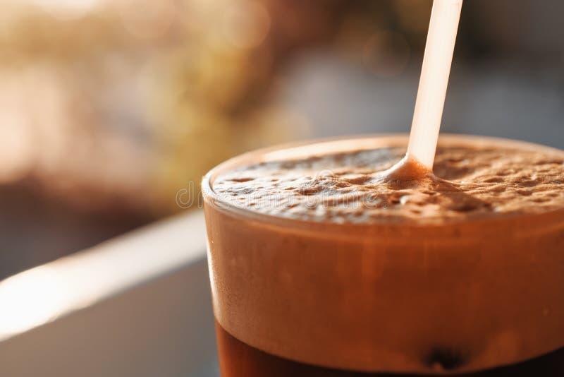 Lukrowa kawa W Wysokim szkle Z pianą I bąblami zdjęcia royalty free