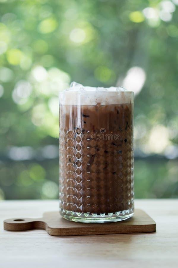 Lukrowa kawowa mokka w wysokim szkle przy wygodnym sklepem z kawą fotografia royalty free