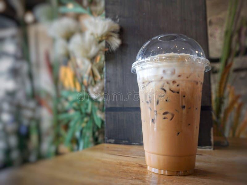 Lukrowa latte kawa w plastikowym szkle zdjęcia stock