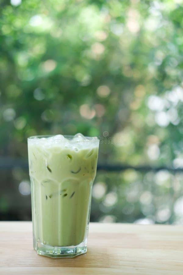 Lukrowa zielona herbata w szkle z lodem zdjęcia royalty free