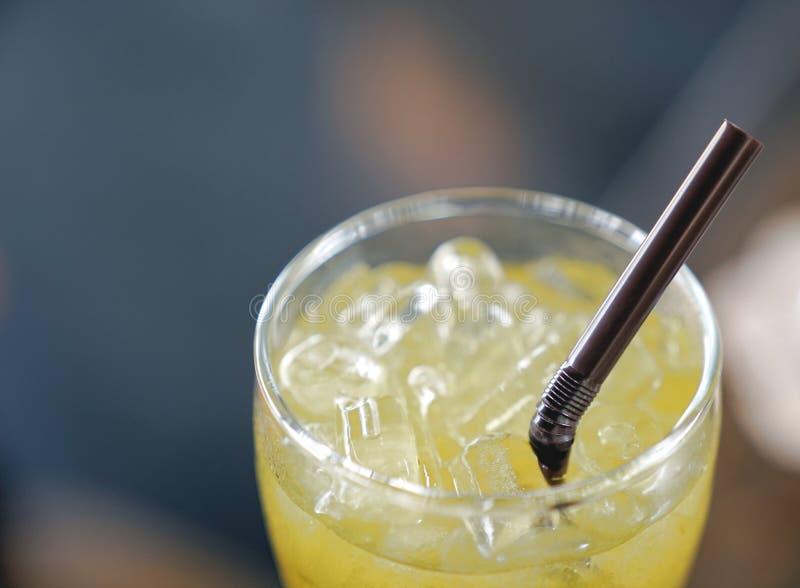 Lukrowa ziołowa herbata w szkle z słomą zdjęcia royalty free