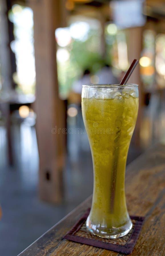 Lukrowa ziołowa herbata w wysokim szkle z słomą fotografia royalty free