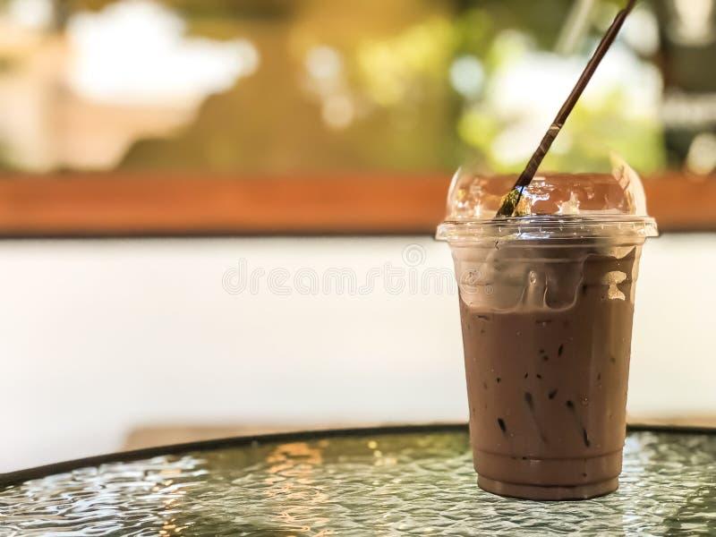 Lukrowy kakao w takeaway filiżance na stole przy kawiarnią, Dobry lato napój obrazy stock