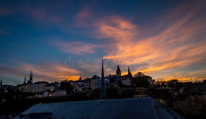 Luksemburg miasta linia horyzontu na bock kazamatach przy zmierzchem obraz royalty free