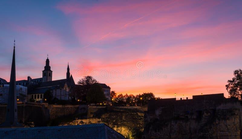 Luksemburg miasta linia horyzontu na bock kazamatach przy zmierzchem zdjęcia stock