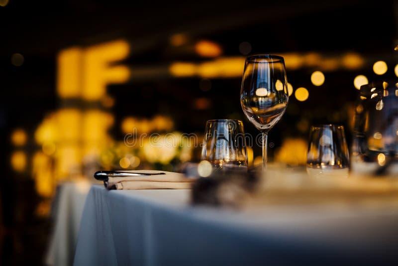 LUKSUSÓW STOŁOWI położenia 2019 dla grzywny łomota z i glassware, piękny zamazany tło Dla wydarzeń, śluby Przygotowanie f fotografia royalty free