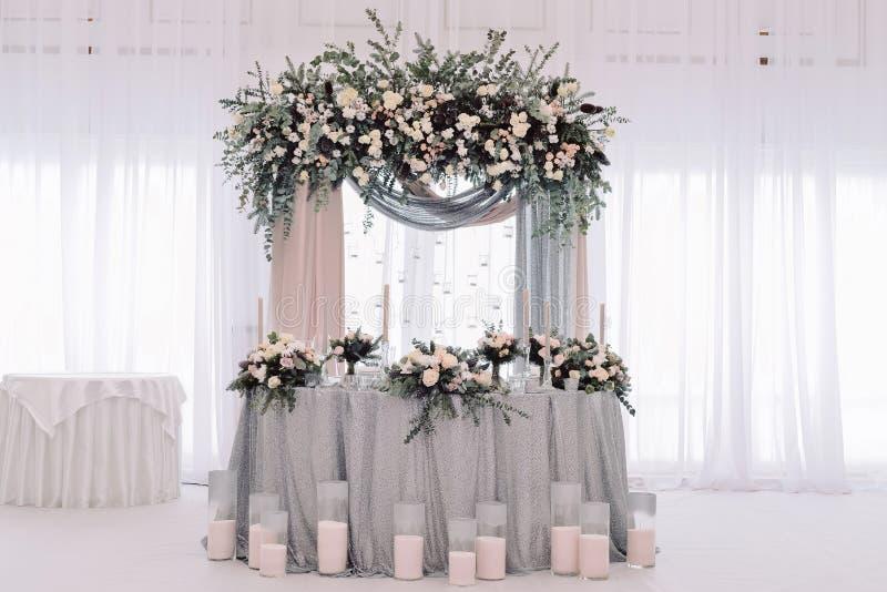 Luksus dekorujący małżeństwo nowożeńcy stół zdjęcie stock