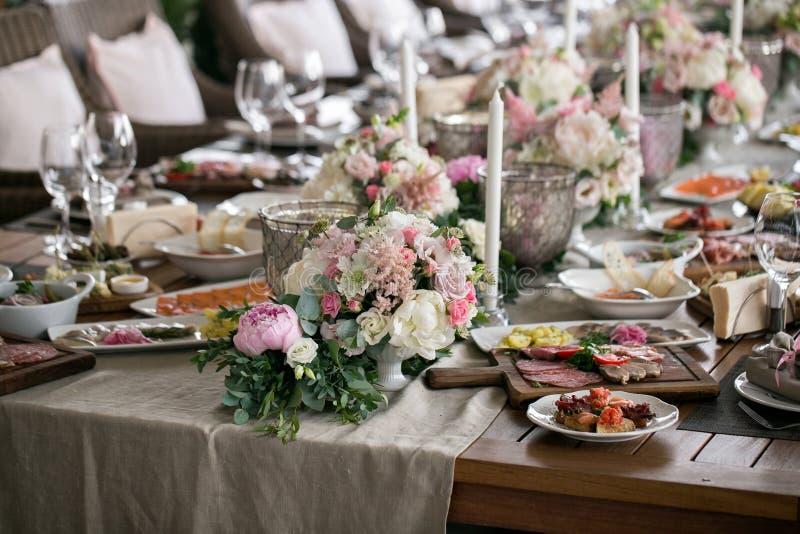 Luksus, elegancki wesele stołu przygotowania, kwiecisty centerpiece fotografia stock