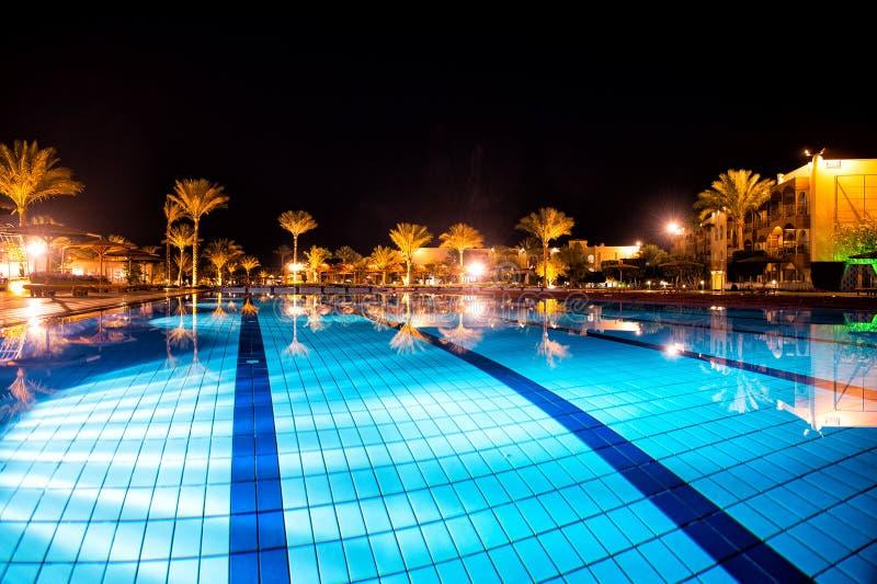Luksus, kurortu pływacki basen w nocy zdjęcia royalty free
