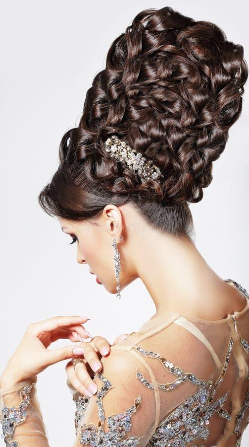 Luksus. Moda model z Modnym Updo - Galonowy T obrazy royalty free
