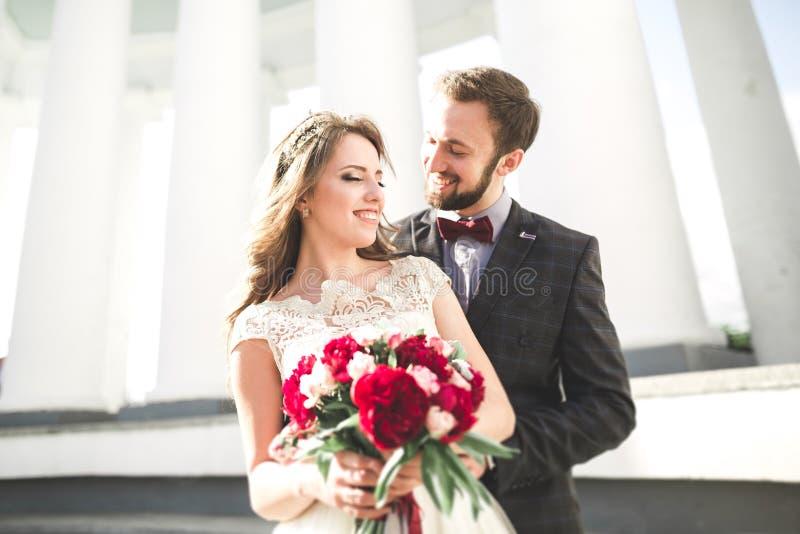 Luksus poślubiająca ślub para, państwo młodzi pozuje w starym mieście obraz royalty free