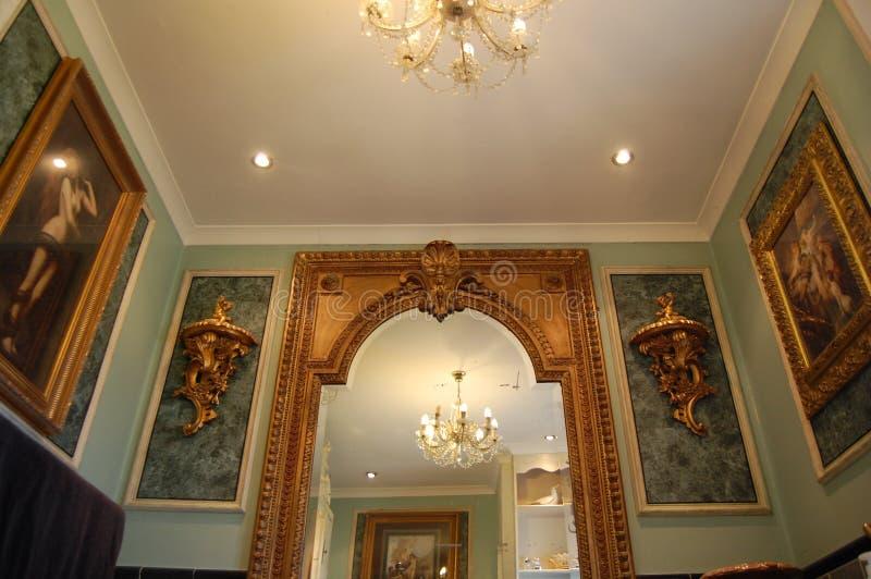 Luksusowa łazienka z złoto Sconces i lustrami obraz royalty free