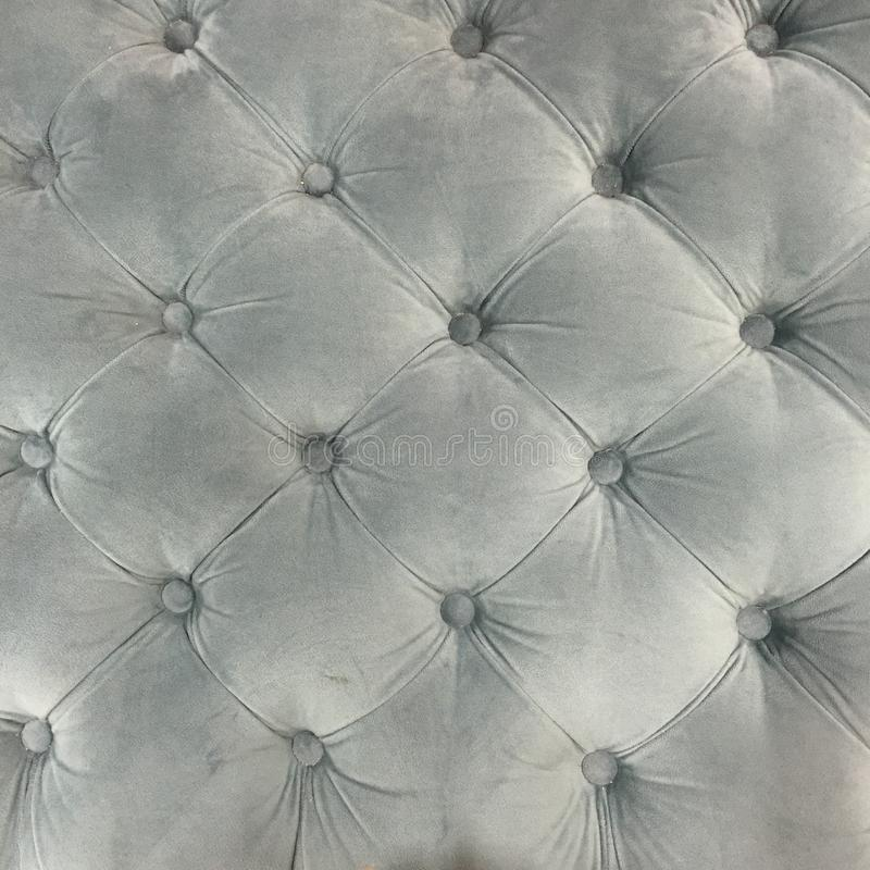 Luksusowa Aksamitna tapicerowanie tkaniny poduszka z guzikami w popielatym obrazy stock