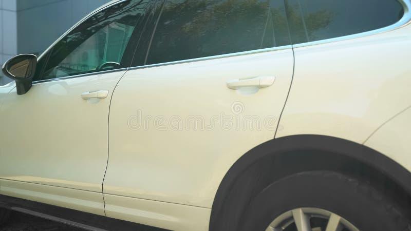 Luksusowa biała samochodowa pozycja na parking blisko budynku biurowego, elektryczny pojazd fotografia stock