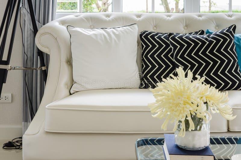 Luksusowa biała kanapa w żywym pokoju z żółtym kwiatem w wazie fotografia stock