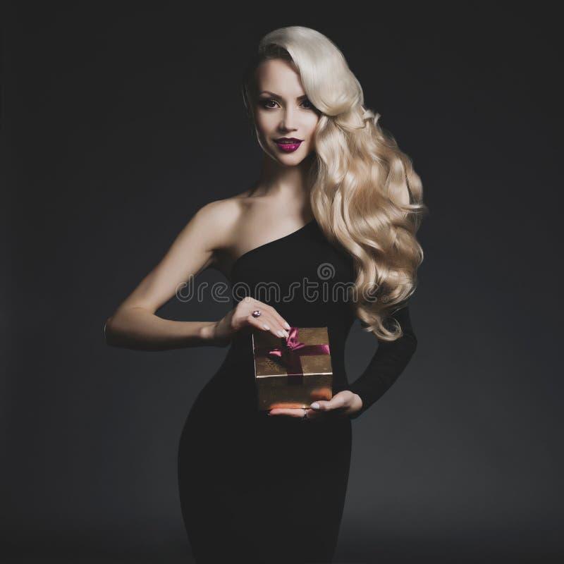 Luksusowa blondynka z Bożenarodzeniowym prezentem obraz stock