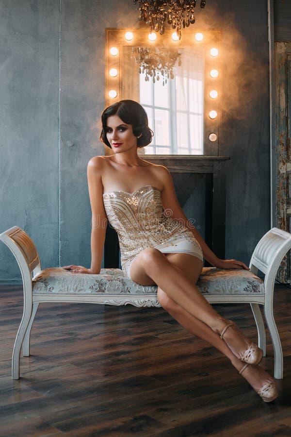 Luksusowa brunetka w ciasnej biel sukni zdjęcie royalty free