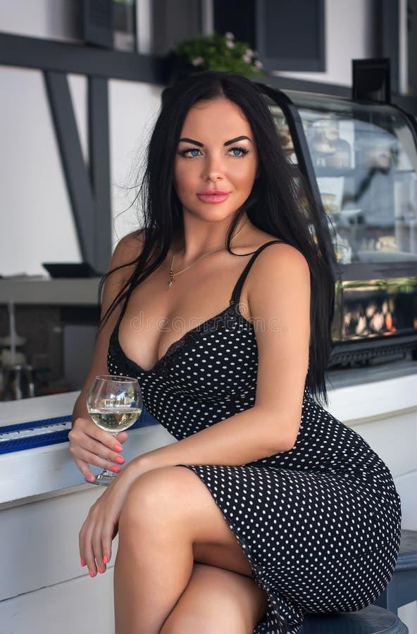 Luksusowa brunetki kobieta trzyma szkło biały wino obraz royalty free