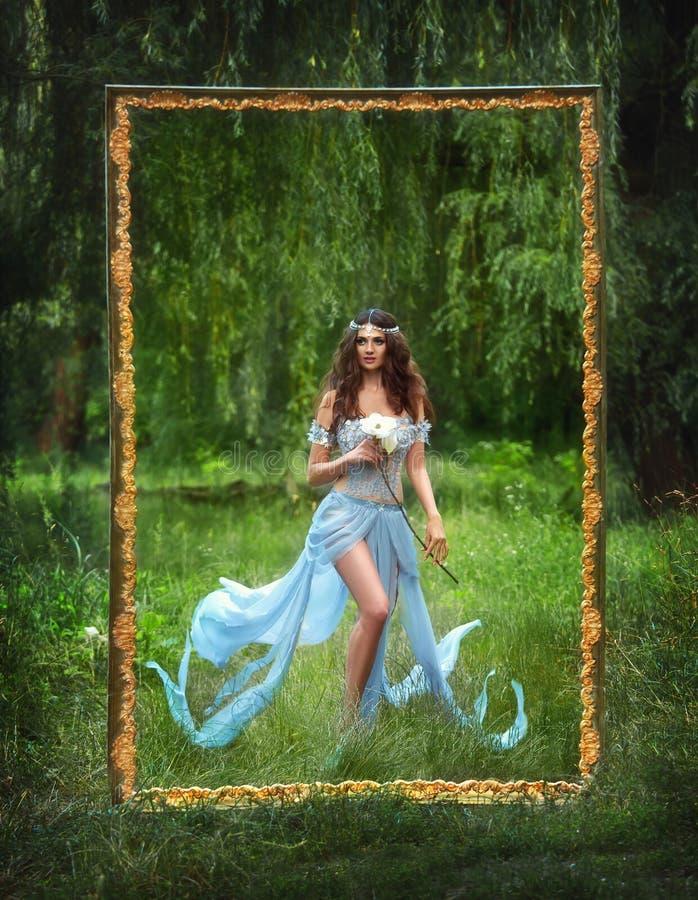Luksusowa czarodziejka z magicznym kwiatem w jego ręce fotografia royalty free
