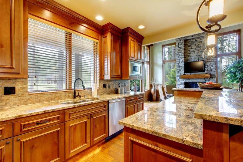 Luksusowa drewniana kuchnia z granitowym countertop. zdjęcie stock