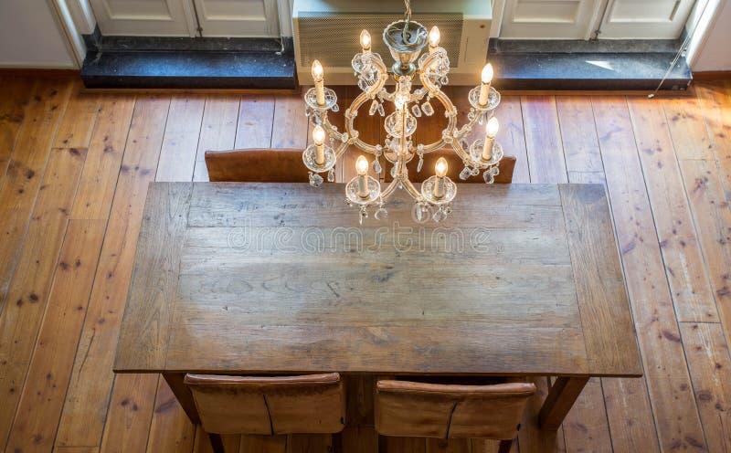 Luksusowa jadalnia z świecznikiem i drewnianym stołem obrazy royalty free