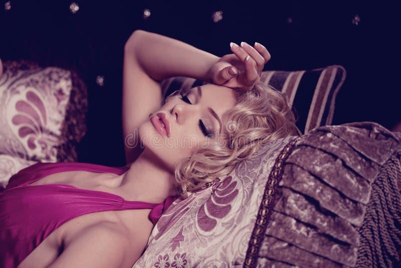Luksusowa kobieta Młoda modna szczupła ładna kobieta w sypialni zdjęcia stock